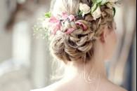 Модні зачіски з квітами у волоссі для весільної церемонії